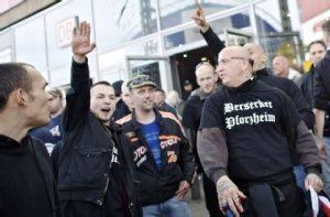HoGeSa aanhangers brengen Hitlergroet op HoGeSa demonstratie in Keulen 2014